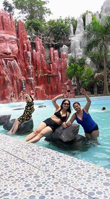 khách hàng chụp ảnh tại bể bơi thanh lâm