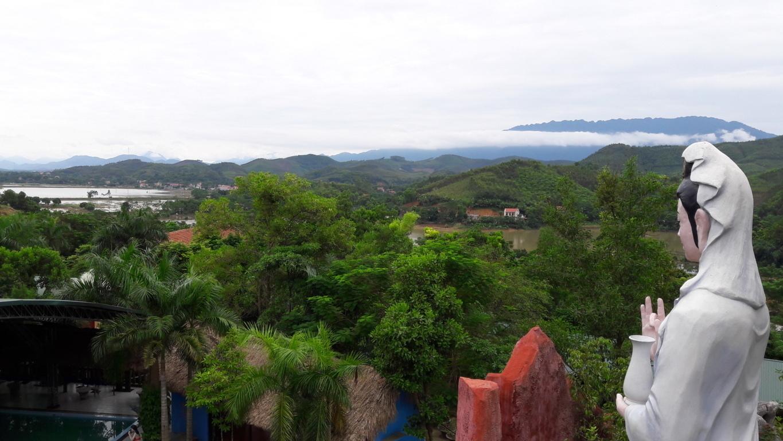 Ảnh chụp từ gần tượng Quan Thế Âm, tượng được xây dựng ngay gần độ cao nhất của đồi Chuận