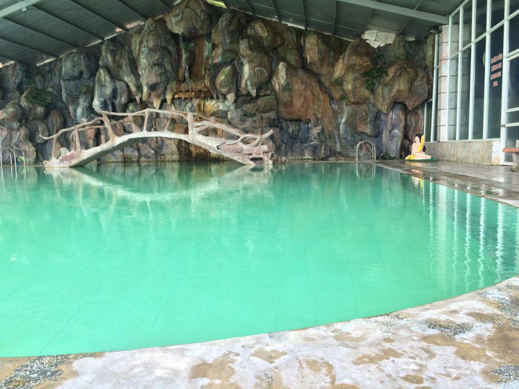 Đây là bể bơi nước khoáng nóng trong nhà, chiều sâu nơi sâu nhất là 1m6, chỗ nông chừng 40 cm, du khách có thể tắm bể nước khoáng nóng này mọi ngày trong năm, vào mùa đông hơi nước sẽ bốc lên nghi ngút khắp bể